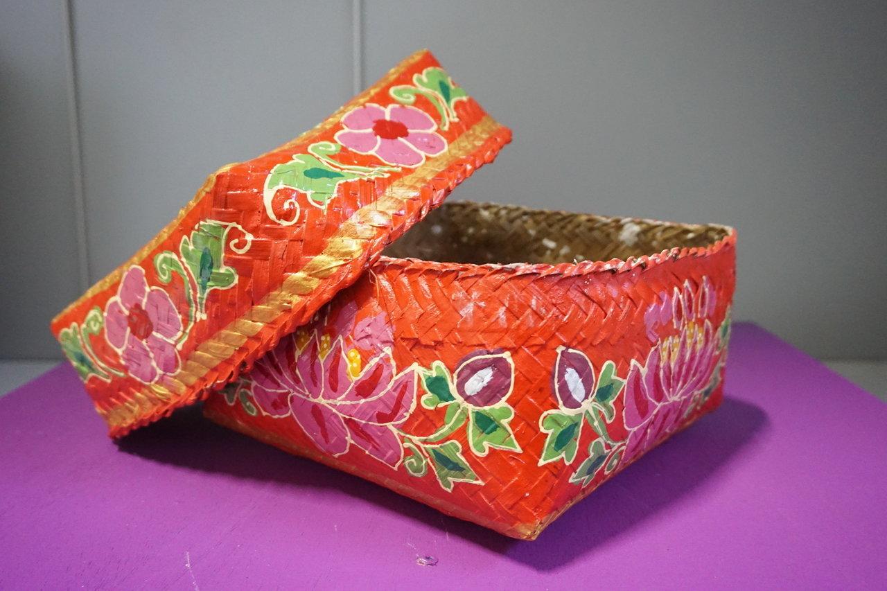 geflochtene k rbe aus bambus mit deckel in verschiedenen farben. Black Bedroom Furniture Sets. Home Design Ideas